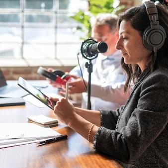 스튜디오에서 게스트를 인터뷰하는 여성 방송인 프리미엄 사진