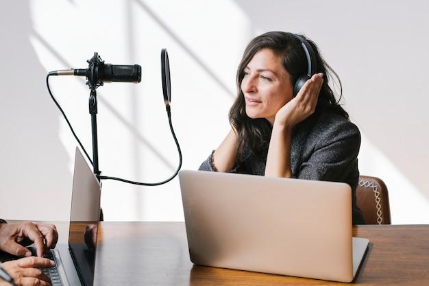 스튜디오에서 게스트를 인터뷰하는 여성 방송인