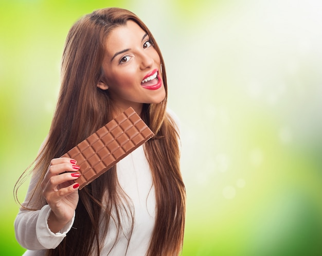 チョコレートのバーで女性のブルネット