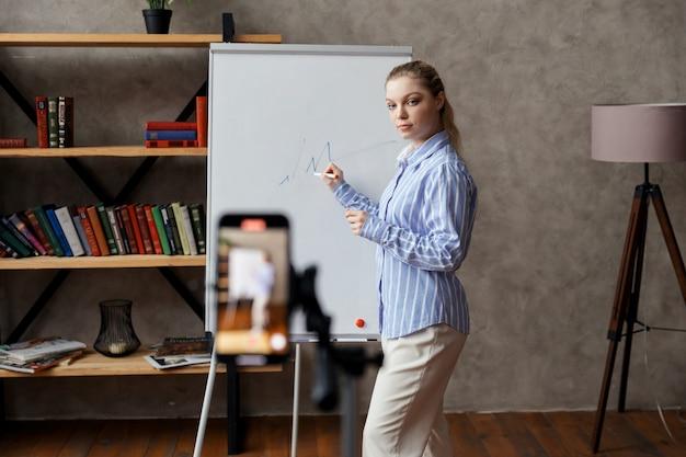 여성 비즈니스 코치, 튜터 실시 웨비나, 온라인 교육. 온라인 멘토가 비디오 강의를 진행합니다. 고품질 사진