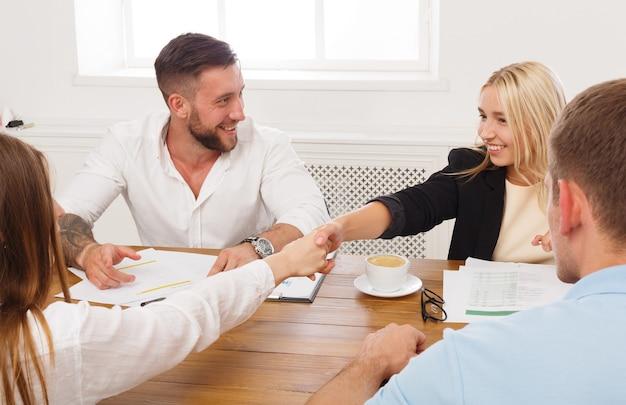 사무실 회의, 계약 체결 및 수에서 여성 비즈니스 악수