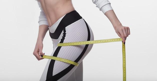測定テープで女性の尻