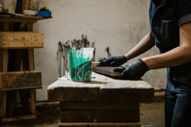 Женщина-плотник покрытие пиломатериалов лаком