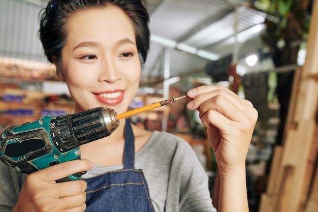 Плотник готовит дрель Premium Фотографии