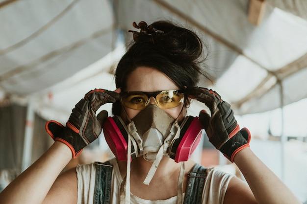 Женщина-плотник носить средства индивидуальной защиты