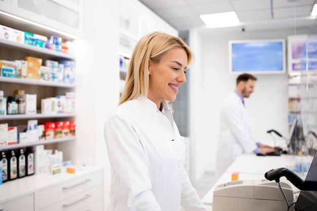 약국 상점에서 의약품을 판매하는 여성 백인 약사.