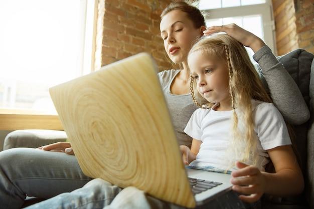 Учительница кавказской и маленькая девочка, или мама и дочь. домашнее обучение