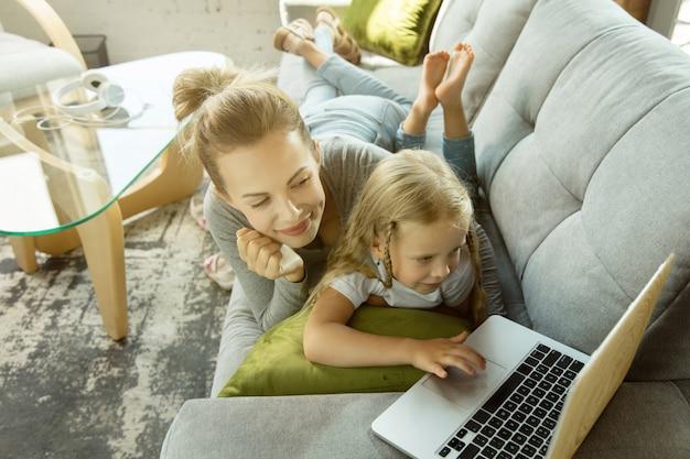 여성 백인 교사와 어린 소녀, 또는 엄마와 딸.