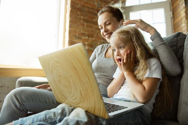 Insegnante caucasico femminile e bambina, o mamma e figlia. istruzione domiciliare