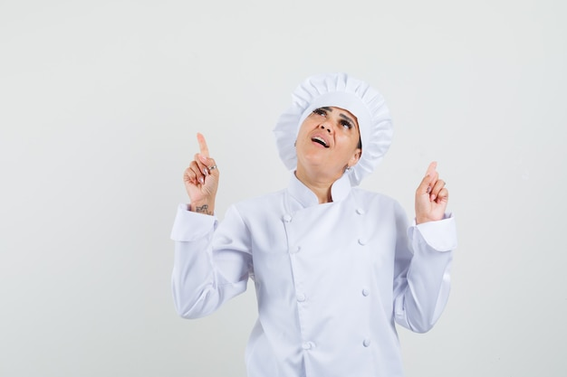 白い制服を着て上向きで希望に満ちた女性シェフ