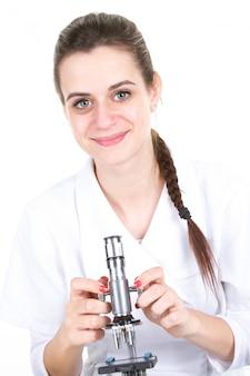 顕微鏡を使用して女性の化学者