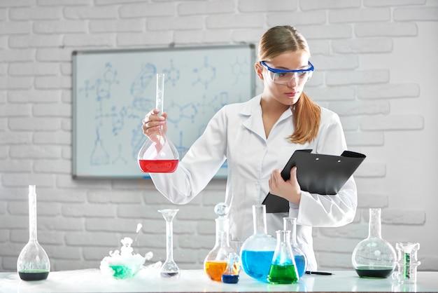 실험실에서 일하는 여성 화학자