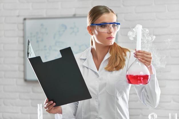 Женский химик, работающий в лаборатории