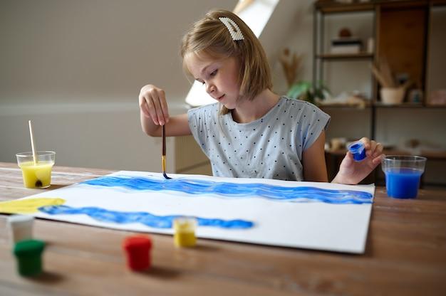 Детский рисунок с кистью и красками