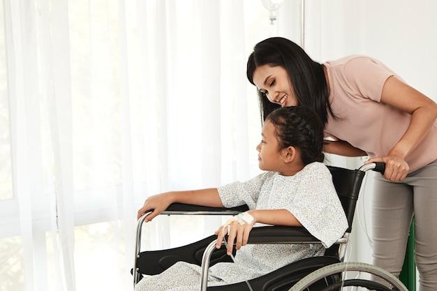 車いすの女性子供の患者