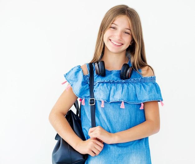 ヘッドフォンとバックパックを持つ女児