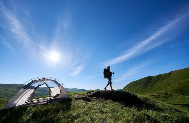 산에 하이킹하는 여성 산악인