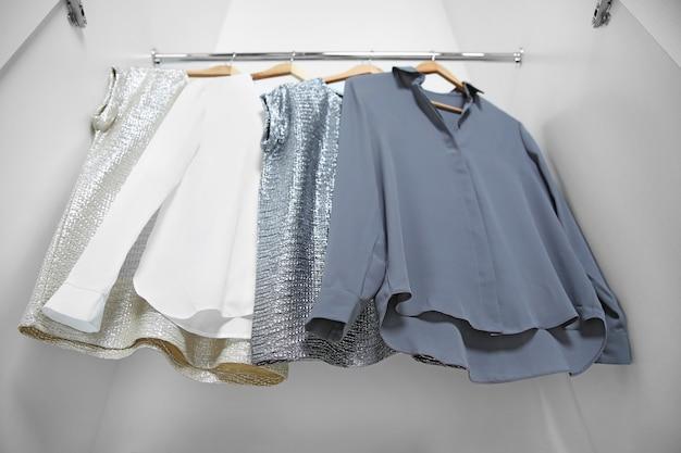 옷장에 걸려있는 여성복