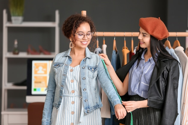 Стилист женской одежды с клиентом, работающим в офисе