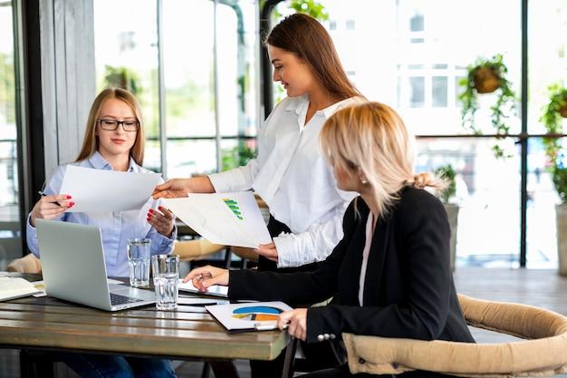 オフィスモックアップでの女性のコラボレーション