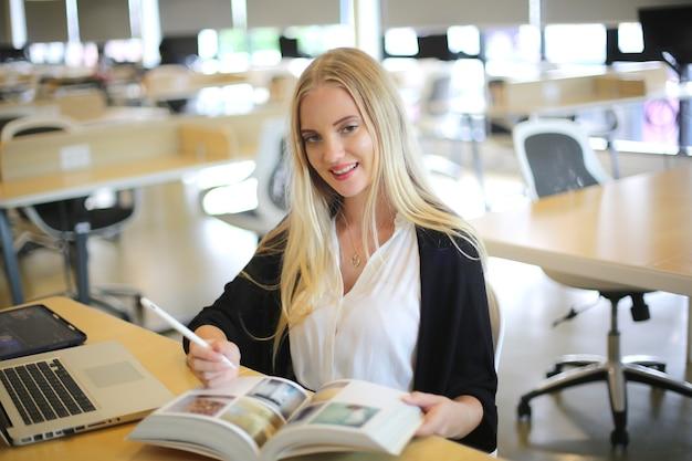 図書館で本を読んでいる女子大生