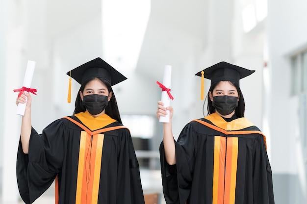 流行の間、女子大生、大卒者は黒い帽子、黄色いタッセルを着用し、マスクを着用します。