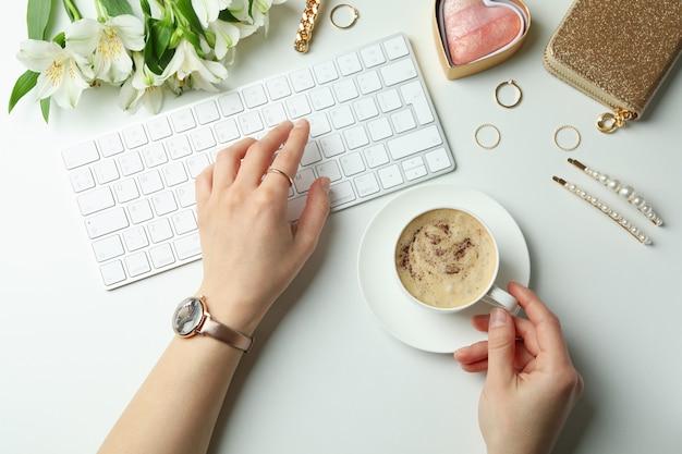 さまざまなアクセサリーと白い背景、上面図のキーボードと女性のコンセプト