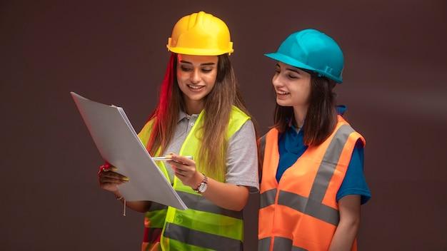 함께 일하고 프로젝트 계획을 논의하는 여성 건설 엔지니어.