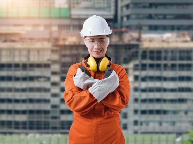 女性建設職長監督または保護具を持つ労働者