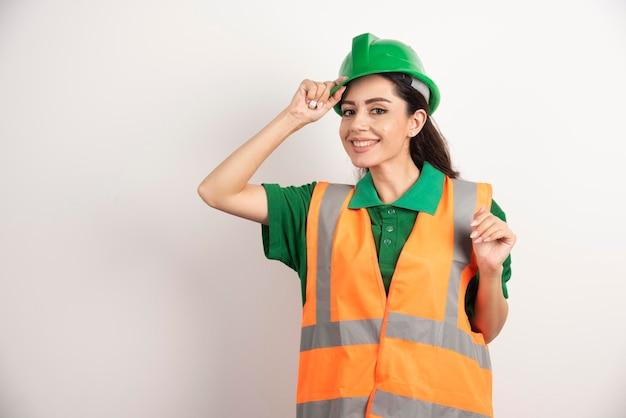 ヘルメットをかぶった女性の建設現場のエンジニア。高品質の写真