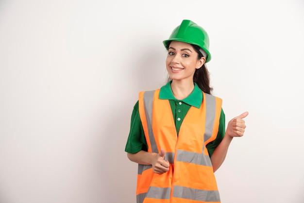 헬멧 여성 건설 현장 엔지니어. 고품질 사진