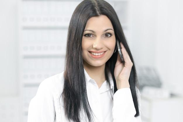 携帯電話で話している女性コンサルタント