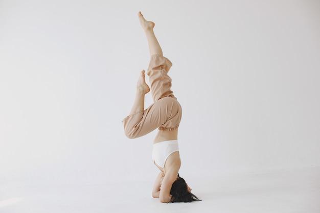 Ballerina femminile in stile contemporaneo. donna in uno studio di danza.