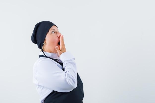 여성 요리사 유니폼, 앞치마 입에 손을 잡고 놀 찾고. 전면보기.