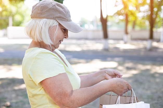 女性の宅配便業者が食料品を配達します。生鮮食品配達のコンセプト