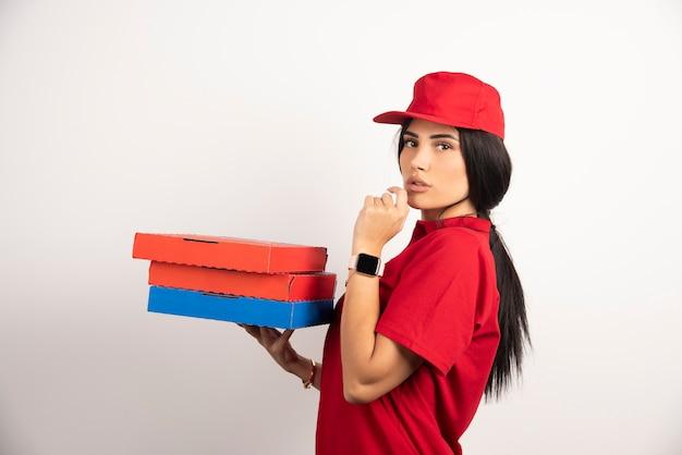 피자 상자 잔뜩 들고 여성 택배입니다.
