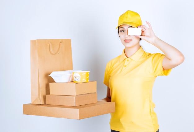白い壁に荷物を持つ女性宅配便