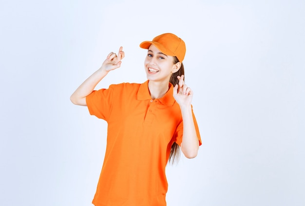 주황색 유니폼과 모자를 쓴 여성 택배