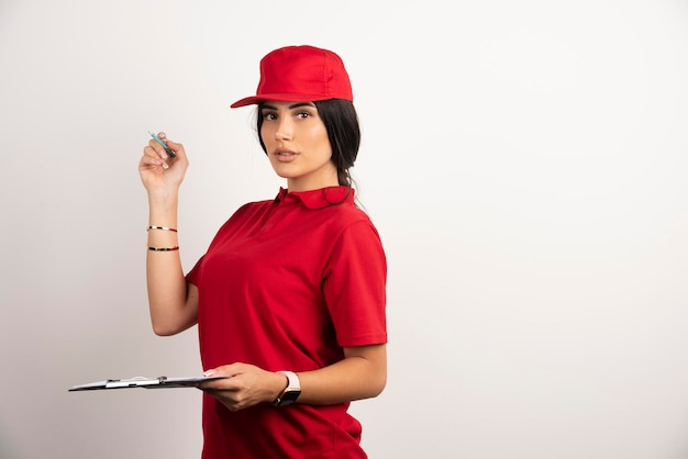 Corriere femminile con appunti in piedi su sfondo bianco. foto di alta qualità