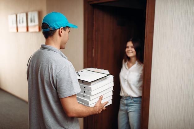 문앞 및 피자 배달 소년에 여성 고객