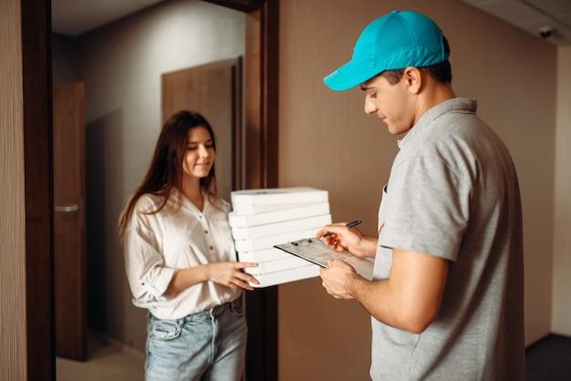 女性客が注文、ピザの配達に署名