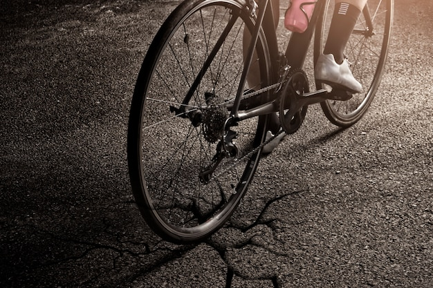 女性のサイクリストサイクリングbycicle crakedトラック