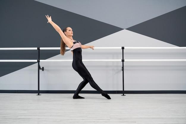 발레 스튜디오에서 여성 댄서 훈련