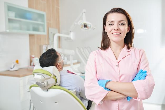 Женский стоматолог позирует