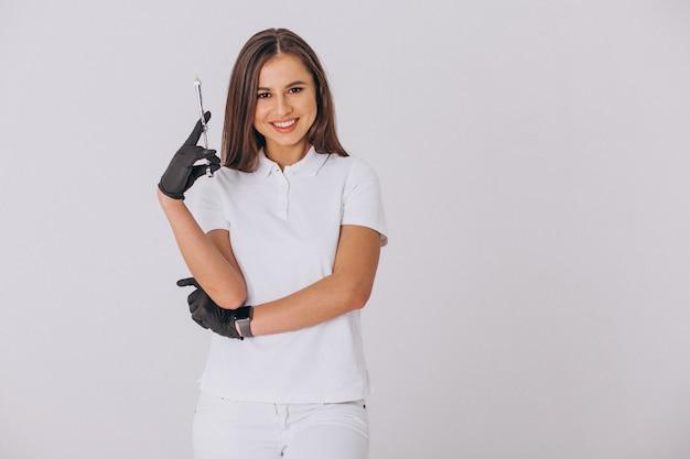 Женский стоматолог с стоматологическими инструментами