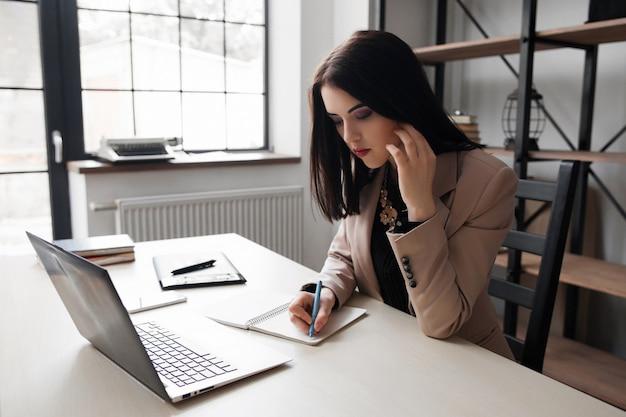 직장에 대한 아이디어를 지적하는 여성 디자이너