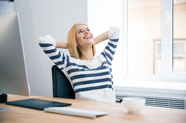 Женский дизайнер отдыхает в офисе
