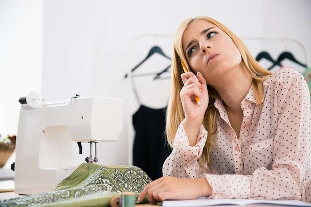 ワークショップで彼女の職場に座っている女性デザイナー