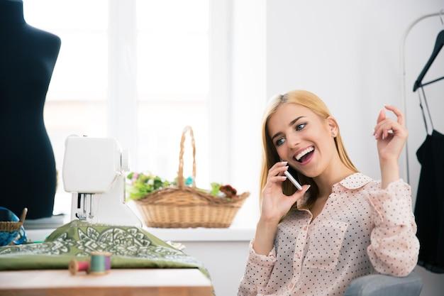 Женский дизайнер разговаривает по телефону