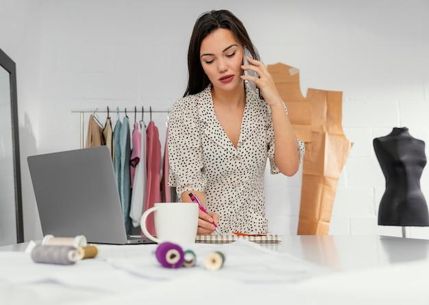Женский дизайнер, работающий в своей мастерской